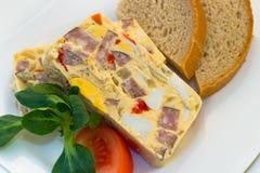 与菜、香肠和面包的镶嵌卵 免版税库存照片