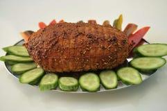 与菜前面的土耳其五香熏牛肉 免版税库存照片