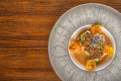 与菜卷和调味汁的可口被烘烤的鱼,供食用草本,专属餐馆的产品摄影 库存照片