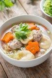 与菜和丸子的纯净汤在白色碗 免版税库存照片