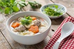 与菜和丸子的纯净汤在白色碗 免版税库存图片