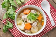 与菜和丸子的纯净汤 顶视图 免版税库存照片