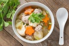 与菜和丸子的纯净汤 顶视图 免版税库存图片