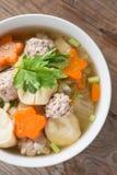 与菜和丸子的纯净汤 顶视图 库存照片