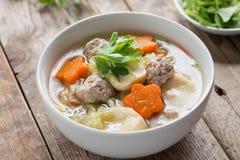 与菜和丸子的纯净汤 图库摄影