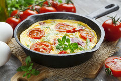 与菜和乳酪的煎蛋卷 菜肉馅煎蛋饼 免版税库存照片