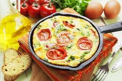 与菜和乳酪的煎蛋卷 菜肉馅煎蛋饼 免版税库存图片