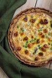 与菜和乳酪装填的圆的红润开放饼 免版税库存图片