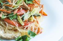 与菜和土耳其肉的Funchoza沙拉 免版税库存照片