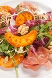 与菜和坚果的热的沙拉 免版税图库摄影