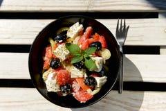 与菜和希腊白软干酪的清淡的沙拉 库存照片