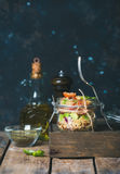 与菜和新鲜的蓬蒿的自创瓶子奎奴亚藜沙拉 库存照片