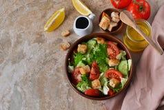 与菜和柠檬汁的维生素沙拉 库存照片