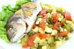 与菜和柠檬的油煎的鱼dorado 库存图片