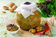 与菜和核桃的自创调味汁adjika 免版税库存照片