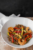 与菜和海鲜的面条在一张木与菜和海鲜的桌中国式面条 复制空间 免版税库存图片
