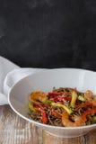 与菜和海鲜的面条在一张木与菜和海鲜的桌中国式面条 复制空间 图库摄影