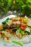 与菜和米的酥脆烤猪肉混乱油炸物。 库存图片