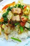 与菜和米的酥脆烤猪肉混乱油炸物。 免版税图库摄影