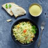 与菜和绿色的黎巴嫩cous cous沙拉Tabbouleh 库存图片