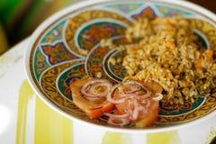 与菜和肉的米在一块精密板材 免版税图库摄影