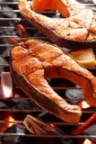 与菜和胡椒的鲑鱼排在格栅 免版税库存图片