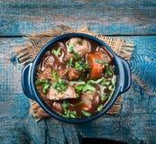 与菜和草本的肉炖煮的食物 免版税图库摄影
