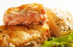 与菜和草本的被烘烤的鱼 免版税图库摄影