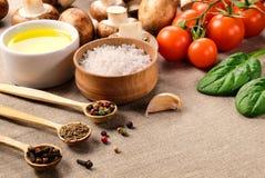 与菜和蘑菇的不同的调味料 免版税库存照片