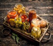 与菜和蘑菇的蜜饯食物在一个老盘子 库存照片