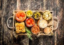 与菜和蘑菇的蜜饯食物在一个老盘子 免版税库存照片