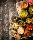 与菜和蘑菇的蜜饯食物在一个老盘子 库存图片
