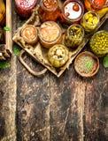 与菜和蘑菇的蜜饯食物在一个老盘子 免版税库存图片