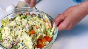 与菜和蛋黄酱的俄国肉沙拉 妇女与沙拉的成份混合蛋黄酱 影视素材