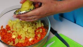 与菜和蛋黄酱的俄国肉沙拉 妇女切煮的土豆 影视素材