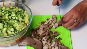 与菜和蛋黄酱的俄国肉沙拉 妇女切除了沙拉的被烘烤的肉 股票录像