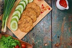 与菜和调味汁的有机自创鱼糕 免版税图库摄影