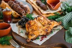 与菜和调味汁的烤鸡在一张服务的桌上 传统英王乔治一世至三世时期晚餐 库存照片