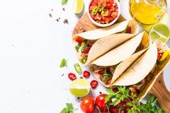 与菜和辣调味汁的墨西哥猪肉炸玉米饼在白色 库存图片