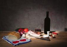 与菜和酒的新鲜食品 图库摄影