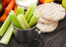 与菜和饮食面包的芹菜茎 库存图片