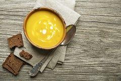 与菜和香料的奶油色汤 免版税库存图片
