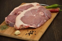 与菜和香料的新鲜的肉 库存图片