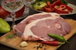 与菜和香料的新鲜的肉 免版税图库摄影
