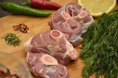 与菜和香料的新鲜的肉 免版税库存照片