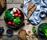 与菜和香料的新鲜面包在木背景 递s妇女 食物,文本的空的空间 库存图片