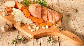 与菜和香料的未加工的鸡 免版税库存照片