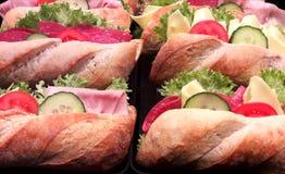 与菜和香肠的小圆面包 免版税库存图片