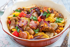 与菜和香肠的被烘烤的土豆 免版税库存照片