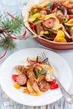 与菜和香肠的被烘烤的土豆 库存照片
